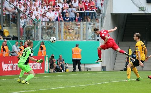 Da war die Welt noch in Ordnung für RB Leipzig. Marcel Sabitzer erzielt in Dresden das 1:0. | GEPA Pictures - Roger Petzsche