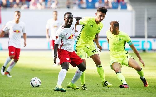 Eine knappe Woche vor dem ersten Pflichtspiel noch nicht immer auf Ballhöhe. Naby Keita mit seinem neuen Club RB Leipzig. | GEPA Pictures - Sven Sonntag.