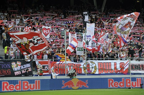 Salzburg-Fans im Gute-Laune-Modus. Photo by Samuel Kubani/EuroFootball/Getty Images
