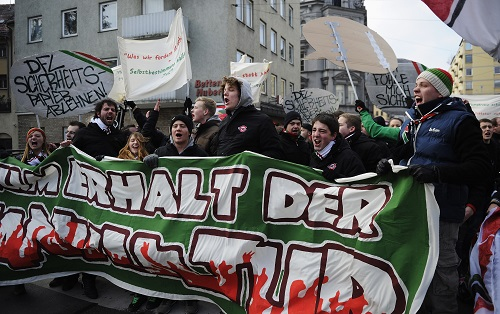 Augsburger Protestkultur will nicht nach Leipzig. Photo by Daniel Kopatsch/Bongarts/Getty Images