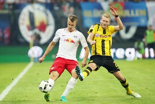 Gerade noch Bundesliga gegen André Schürrle, schon eine bittere Verletzung: Lukas Klostermann. Foto: GEPA Pictures - Sven Sonntag.