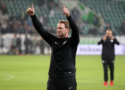 Von den Fans gefordert und gekommen um mit ihnen den Sieg zu feiern: Ralph Hasenhüttl. | GEPA Pictures - Roger Petzsche