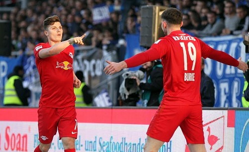 Matchwinner Marcel Sabitzer bedankt sich nach dem 2:0 bei Vorbereiter Oliver Burke. GEPA Pictures - Roger Petzsche