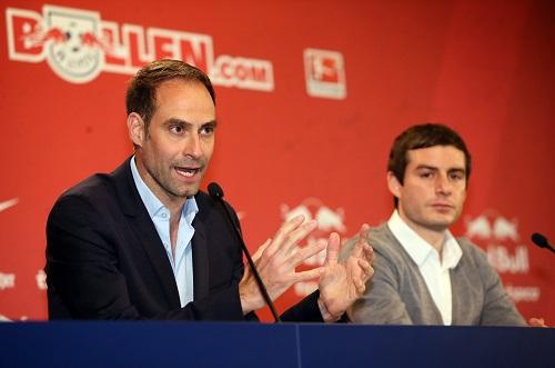 Oliver Mintzlaff (links) in einer vereinstypischen Transparenzsituation.   GEPA Pictures - Roger Petzsche
