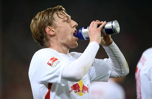 Hat jetzt viel Zeit für Getränke und Kraft tanken. Emil Forsberg darf erst am 20. Spieltag gegen den HSV wieder mitmachen. | GEPA Pictures - Roger Petzsche