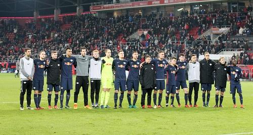 Vereint nicht nur im Sieg, sondern auch in der Niederlage. Zwischen Mannscahft und Fans passt nach dem 0:1 in Ingolstadt kein Blatt. | GEPA Pictures - Roger Petzsche