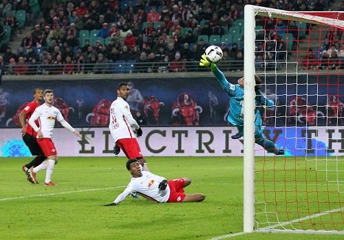 Da kann man nur staunend hinterhergucken. Timo Werner erzielt das 2:0 für RB Leipzig gegen Eintracht Frankfurt. | GEPA Pictures - Roger Petzsche