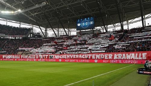 Große Fanaktion gegen Gewalt, aber rund um RB Leipzig gibt es verschiedene Entwicklungen. | GEPA Pictures - Sven Sonntag