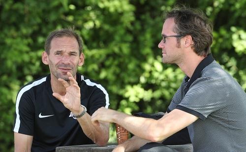 Florian Scholz (re), der Strippenzieher, der die Macht hat, Dortmund leiden zu lassen. | GEPA Pictures - Andreas Pranter