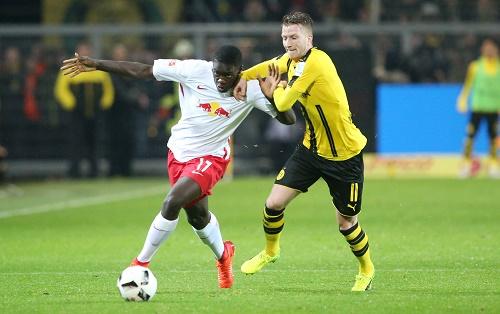 Dayot Upamecano ließ sich bei seiner RB-Premiere in Dortmund von nichts und niemandem aufhalten. | GEPA Pictures - Roger Petzsche