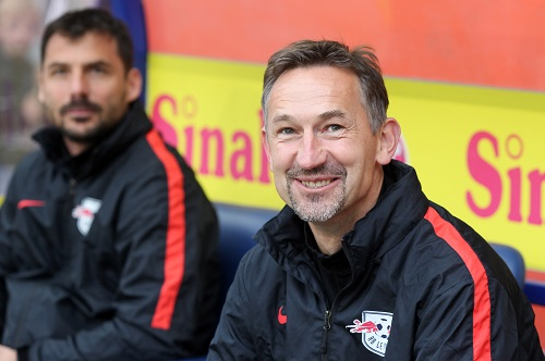 Sitzt Achim Beierlorzer weiter im Nachwuchs von RB Leipzig auf der Trainerbank oder nicht? | GEPA Pictures - Roger Petzsche
