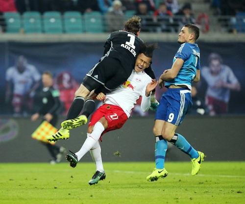 Ganz klar kein Elfmeter.^^ René Adler faustet den Ball durch Davie Selke durch. | GEPA Pictures - Sven Sonntag.