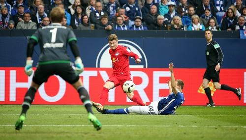 Viele gute Offenisvaktionen, aber nur ein Tor. RB Leipzig lässt auf Schalke zwei Punkte liegen. | GEPA Pictures - Roger Petzsche