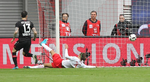 Und rein mit dem Ball ins Tor. Yussuf Poulsen bringt die Red Bull Arena gegen Bayer Leverkusen in der Nachspielzeit zum Explodieren. | GEPA Pictures - Roger Petzsche
