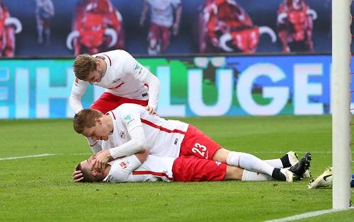 Die Zahnfee brachte Diego Demme ein Bundesligator und nahm einen Schneidezahn. Marcel Halstenberg ist Gratulant und Erstversorger gleichermaßen. | GEPA Pictures - Roger Petzsche