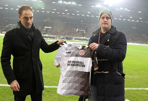 Selten Verbundenheit zwischen St. Paulis Oke Göttlich und Oliver Mintzlaff. Aktuell steht man sich bei 50+1 konfrontativ gegenüber. | GEPA Pictures