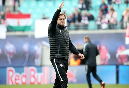 Ralph Hasenhüttl hatte beim Spiel gegen Ingolstadt überschaubar viel Spaß, aber streckte trotzdem tapfer den Daumen nach oben. | GEPA Pictures - Roger Petzsche