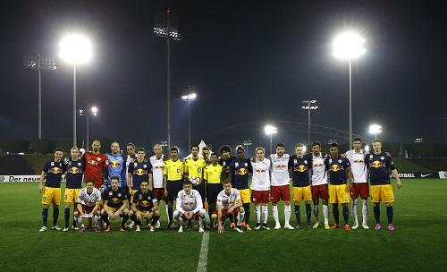 Gute Freunde kann man nicht trennen. Oder doch? Red Bull Salzburg und RB Leipzig Anfang 2015 bei einem Testspiel in Katar. | GEPA Pictures - Felix Roittner