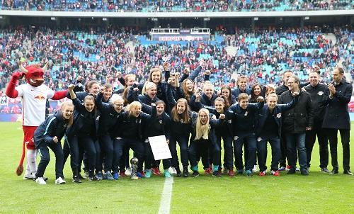 Die Frauen von RB Leipzig durften in der Halbzeitpause des Ingolstadt-Spiels ihre Landesliga-Meisterschaft feiern. | GEPA Pictures - Roger Petzsche