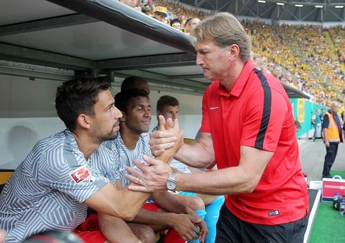 Rani Khedira und Coach Ralph Hasenhüttl in einer typischen Situation, bei der man nicht weiß, wer unglücklicher aussieht. | GEPA Pictures - Roger Petzsche