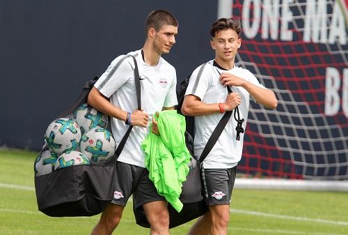 Elias Abouchabaka und Nicolas Kühn schleppen jetzt bei den Profis Fußballutensilien | GEPA Pictures - Roger Petzsche