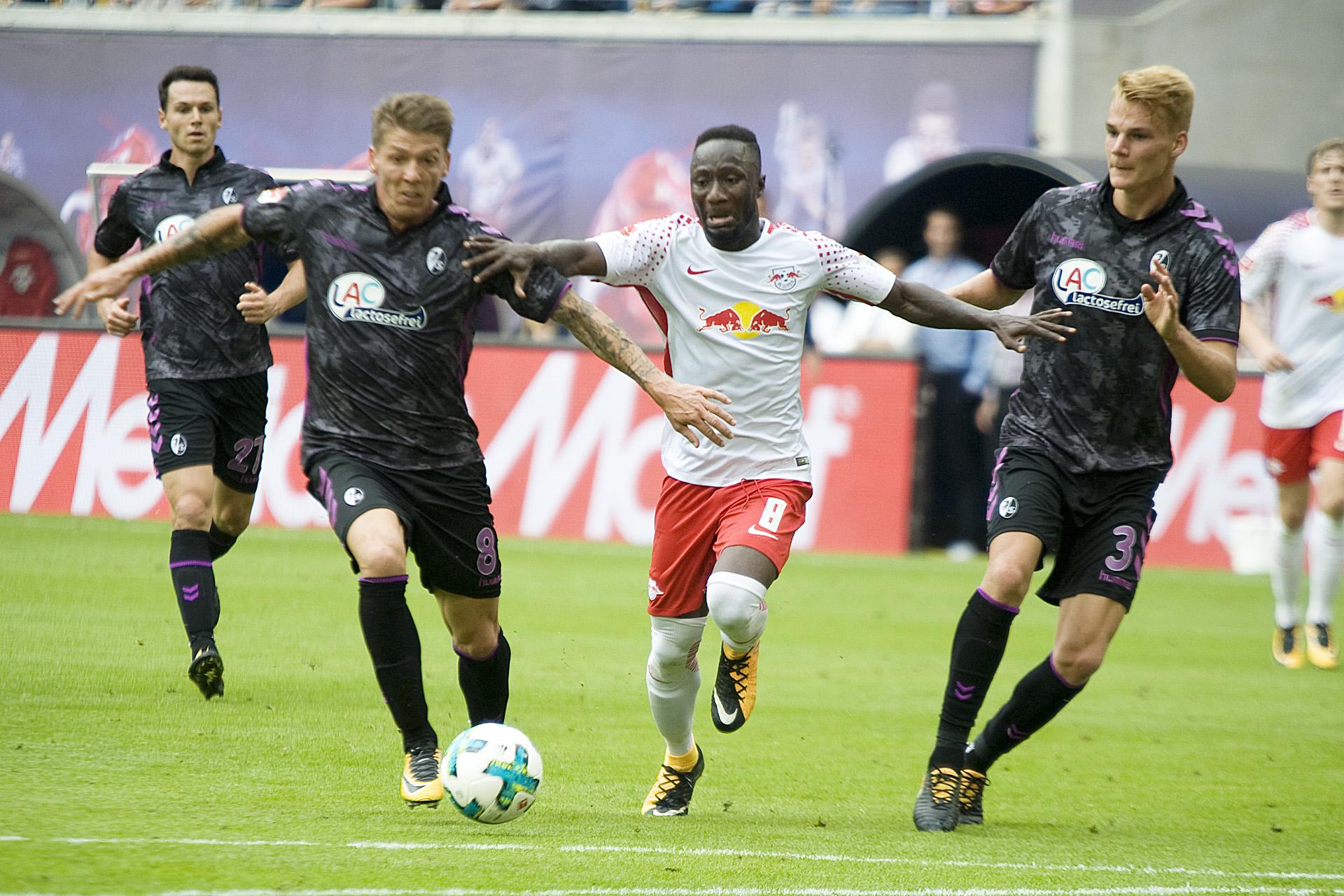 Naby Keita: Lasst mich durch, ich muss nach Liverpool. | Foto: Dirk Hofmeister
