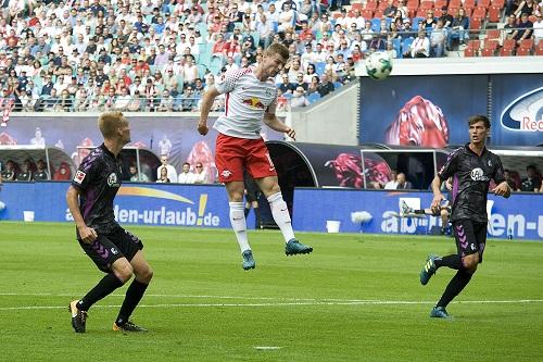 RB Leipzig setzt schon wieder zum Höhenflug an. Zumindest der SC Freiburg kann da nur staunend zugucken. | Foto: Dirk Hofmeister