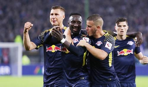 Naby Keita braucht offenbar die besondere Pflege durch seine Mannschaftskollegen bei RB Leipzig. | GEPA Pictures - Sven Sonntag