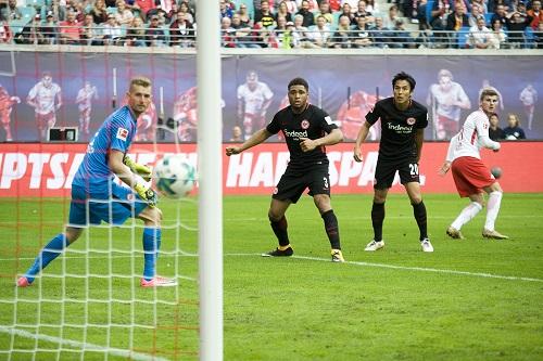 Timo Werner trifft zum 2:0 für RB Leipzig gegen Eintracht Frankfurt. | Foto: Dirk Hofmeister