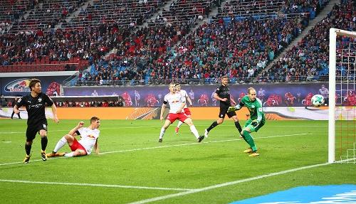 Der einzige Moment, in dem der Sieg von RB Leipzig gegen den VfB Stuttgart wirklich in Gefahr war. Der Pfosten rettet. | GEPA Pictures - Kerstin Kummer