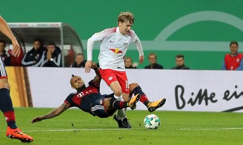 Elfmeter oder kein Elfmeter? Eine der entscheidenden Szenen des Spiels zwischen RB Leipzig und Bayern München. | GEPA Pictures - Sven Sonntag