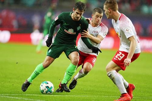 Harter Kampf für RB Leipzig, um die Bemühungen des SV Werder Bremen zu stoppen.   GEPA Pictures - Roger Petzsche