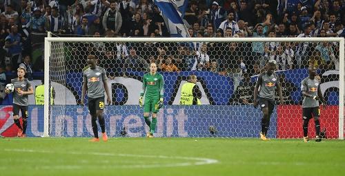 Symbolbild von einem gebrauchten Tag. Die Spieler von RB Leipzig lassen die Köpfe hängen. | GEPA Pictures - Roger Petzsche