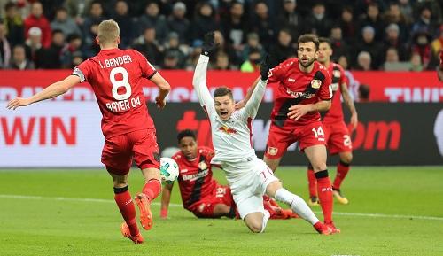 Lief (bzw. fiel) eigentlich lange nicht schlecht für RB Leipzig in Leverkusen.   GEPA Pictures - Sven Sonntag