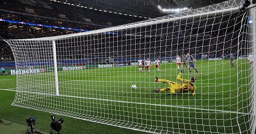 Erster Knackpunkt in einem Spiel mit vielen Knackpunkten. Peter Gulacsi ist beim Elfmeter chancenlos. | Foto: Dirk Hofmeister
