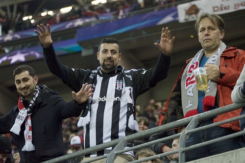 Am Ende waren trotz Versuch, sie auszuschließen, dann doch ein paar Hundert Besiktas-Fans in der Red Bull Arena.   Foto: Dirk Hofmeister