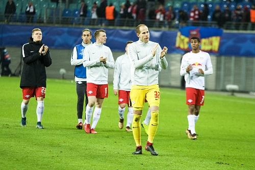 Raus mit Applaus. Teile des Teams von RB Leipzig bedanken sich nach dem CL-Ausscheiden bei den Fans. | Foto: Dirk Hofmeister