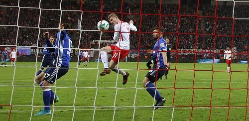 Und rein damit zum 2:1. Timo Werner besiegelt die Niederlage von Schalke 04. | GEPA Pictures - Sven Sonntag