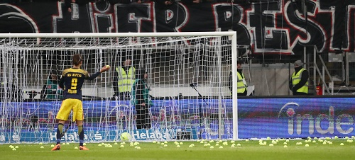 Ist das noch Fußball oder schon Protest oder einfach nur Tennis? | GEPA Pictures - Roger Petzsche