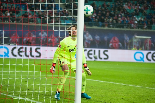 Marvin Hitz zeigt, wie ein Torwart aussieht, der einem Ball nur hinterhergucken kann.   Foto: Dirk Hofmeister