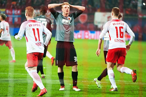 Martin Hinteregger: Gutes Spiel gemacht, Pfiffe gegen ihn weggesteckt, aber am Ende trotzdem Verlierer. | Foto: Dirk Hofmeister