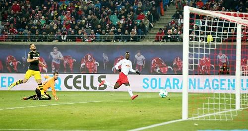 Jean-Kevin Augustin macht das 1:0 für RB Leipzig. Zum Sieg gegen den BVB reicht das nicht. | GEPA Pictures - Roger Petzsche