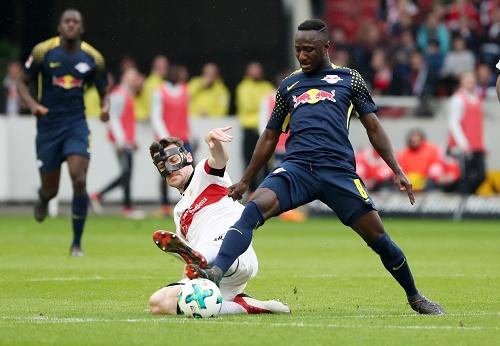 Symbolbild für die Partie zwischen dem VfB Stuttgart und RB Leipzig. Stollen voran ist Pflicht in diesem Spiel. | GEPA Pictures - Roger Petzsche