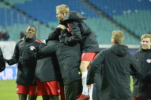 Jubel, Trubel, Heiterkeit. RB Leipzig besiegt den Meister und hat Grund zu feiern. | Foto: Dirk Hofmeister