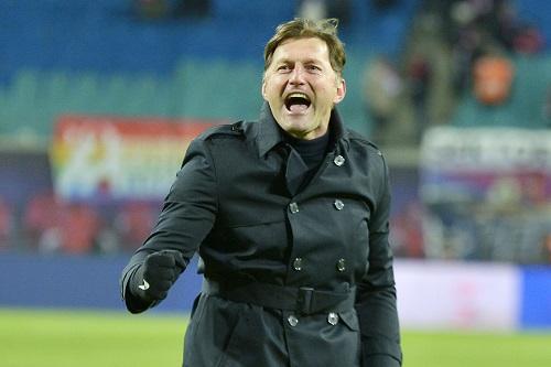 Ein ausgelassener Ralph Hasenhüttl, der einen besonders emotionalen Sieg feiert. | Foto: Dirk Hofmeister