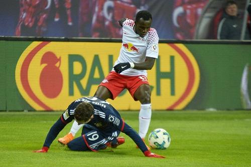 Bild mit Symbolcharakter: RB Leipzig tanzt, der FC Bayern liegt am Boden. | Foto: Dirk Hofmeister