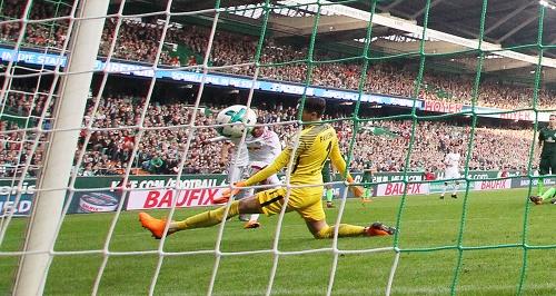 Und rein ins Vergnügen. Ademola Lookman erzielt in Bremen das 1:1 für RB Leipzig | GEPA Pictures - Sven Sonntag