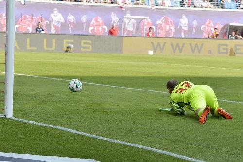 Die neuen Leiden des jungen G. Peter Gulacsi kann dem Ball nur hinterherschauen, der gleich zum 0:1 einschlagen wird. | Foto: Dirk Hofmeister