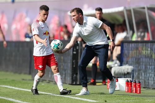 Julian Nagelsmann darf Diego Demme diesmal noch mal als TSG-Coach den Ball reichen. | GEPA Pictures - Roger Petzsche