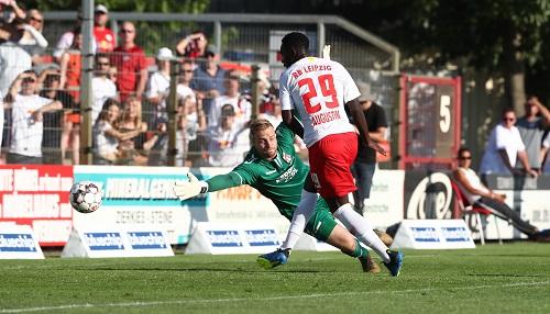 Jean-Kevin Augustin schießt das 1:0 für RB Leipzig beim ZFC Meuselwitz. | GEPA Pictures - Roger Petzsche